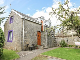 THE HAYLOFT, on-site swimming pool, dogs welcome, St Florence near Tenby, ref
