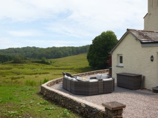 HAZELSEAT, en-suite bedrooms, spacious accommodation, hot tub, woodland, in Ulve