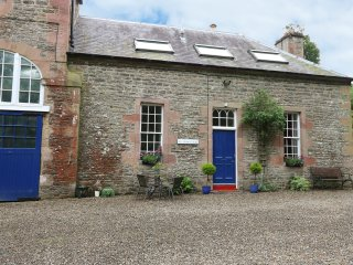 1 LINTHILL COTTAGES, multi-fuel stove, off road parking, gravelled patio, in Lil
