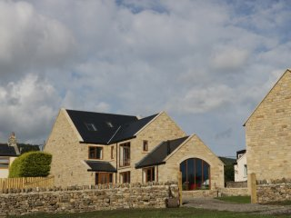 JACOB'S LODGE, outstanding countryside views, hot tub and swimming pool, open
