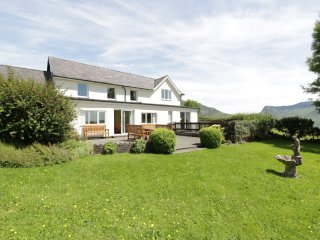 MANAWDAN, en-suite bedrooms, WiFi, enclosed garden, mountin views, near