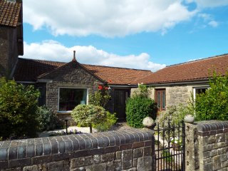 LEIGH HOLT, all ground floor, WIFI, garden with furniture, near Shepton Mallet,
