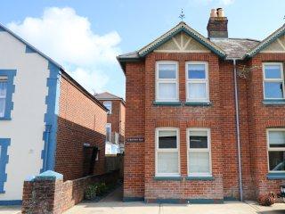 BEACH HOUSE, original sash windows, en-suite bathroom, Victorian building, Ref