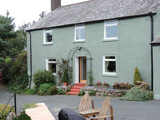 NEAR BANK COTTAGE, 17th century farmhouse, hot tub, woodburning stove, WiFi, gam
