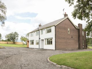 STRELLEY COURT FARM, ideal for large parties, WiFi, near Ripley, Ref: 920332