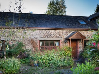 HAZEL BARN, en-suite facilities, enclosed garden plus play area, shared games ro