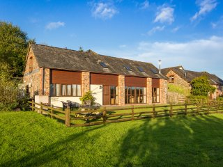 APPLE BARN, en-suites, woodburner, games room, stunning views, near North Molton