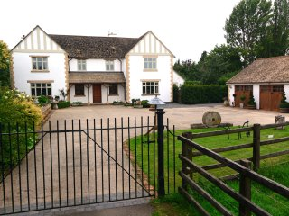 THE OAKS, open fire, WiFi, shared table tennis and snooker, patio with furniture