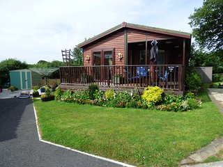 BAY TREE LODGE, detached lodge, all ground floor, parking, patio garden, in St T