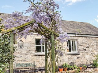 BWTHYN BRYN LLWYN, romantic, country holiday cottage, with a garden in Denbigh,