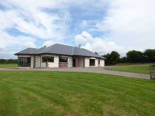 MOUNTAIN VIEW LODGE, pet friendly, with a garden in Kilmacthomas, County Waterfo