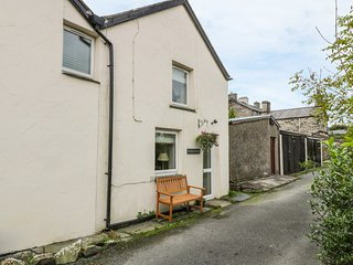 HEN AELWYD YR URDD, pet-friendly, character holiday cottage, with open fire in