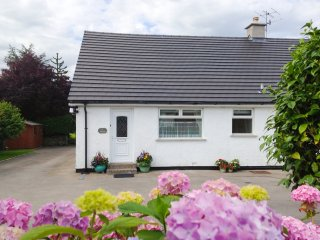 KENT LEA COTTAGE, ground floor bedrooms, easy access to amenities, near Kendal,