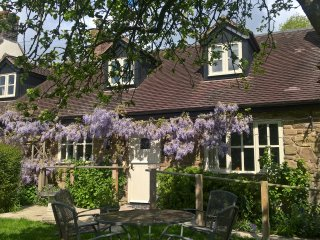 CRISPEN COTTAGE, character holiday cottage, with a garden in Wall-Under-Heywood,