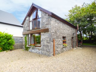 THE GALLERY, romantic retreat, mutli-fuel stove, in Ballinderreen, near Galway,