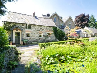 ABER CLWYD MANOR, spacious accommodation, wood burner, lovely garden, in Derwen,