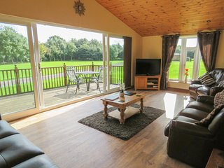 ASH TREE LODGE, detached log cabin, fabulous views, all ground floor, hot tub