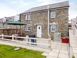 THE STABLE, pet-friendly cottage, upside-down accommodation with country views,