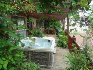 ACORNS, ground floor apartment, en-suite, decked area with hot tub, near Holywel