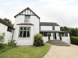 NORTON GRANGE, open fires, swimming pool, parking, garden, in Worcester, Ref 190