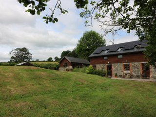 WHITE WALLS on working farm, pet-friendly, beautiful views in Llanbister, Ref 18