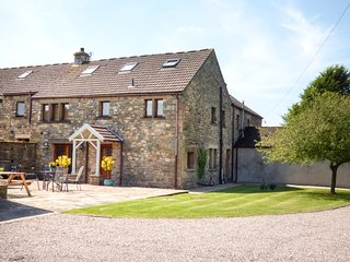 WARREN HOUSE, luxury accommodation, patio and lawned garden, fantastic walking