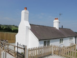 QUARRY COTTAGE, excellent views, Smart TV, WIFI, near Holywell,Ref 16473
