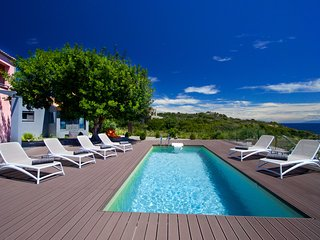 Luxury 2 bedroom Villa Marina with pool and private access to the sea