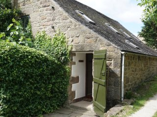 SPOUT COTTAGE, pet friendly, character holiday cottage, with pool in Gratton, Re