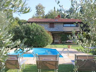 Villa Capra, sleeps 10 with private pool and AC, 1km to the village, 4km to lake