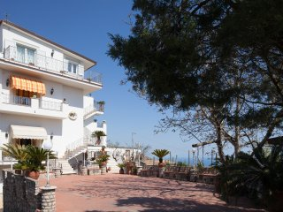 Apartment Ground in Sorrento coast, with FREE  pool, parking, garden, WiFi