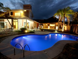 Charmosa casa Alto Padrao com piscina, espaco Gourmet e vista para o mar