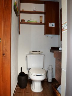 Baño completo y cómodo, detallado estilo mexicano pero con servicios modernos.