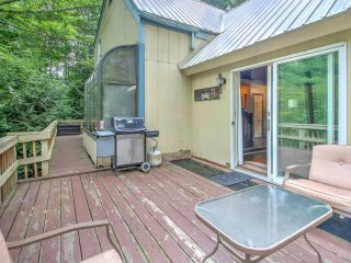 NEW! Charming 3BR Cabin w/ Deck Near Storyland!