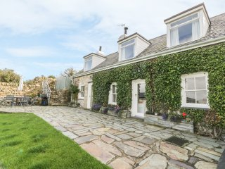 BRONWYDD, pet friendly, character holiday cottage, with a garden in Llanbedrog,