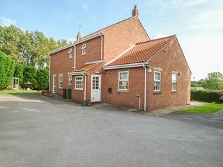 WOODHILL, eco-friendly, country holiday cottage, with a garden in Cottingham