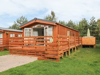 ANGIE'S HAVEN, open plan living, on holiday park, decking with a hot tub, Ref