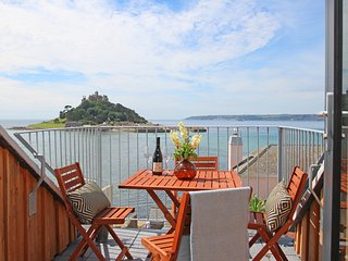STAR HOUSE, sleeps six, en-suite, balcony, log burner, Marazion, Ref 960823