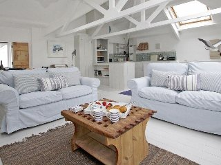 THE NET LOFT, sea views, paces from harbour, harbour beach, pubs, restaurants
