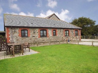 TROTTERS homely barn conversion, shared enclosed garden, short drive to Portreat