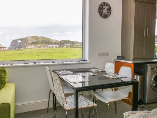 LITTLE ORME VIEW, overlooks Llandudno, en-suite, beach 2 min walk, Ref 958492
