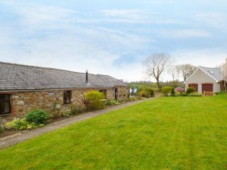 THE BARN AT HARROLDS FARM, en-suite, woodburner, piano, Kilgetty, Ref 957697