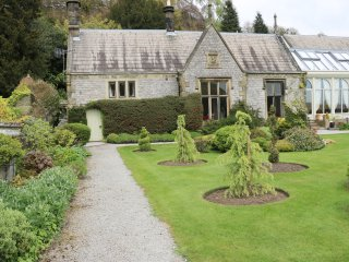 HALL COTTAGE, sleeps seven, open fire, Victorian, pet friendly, Cressbrook, Ref