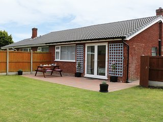 CWTCH TWO, ground floor, wet room, lawned gardens, in Deganwy, Ref 957106
