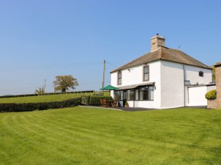 CEFN ISAF, detached former farmhouse, woodburner, WiFi, enclosed garden