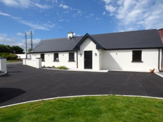 LAHAM COTTAGE, KILLORGLIN, en-suite bedrooms, WIFI, garden, close to the River