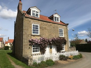 ABAN COTTAGE, beautiful semi-detached character cottage, woodburner, WiFi, in Ha