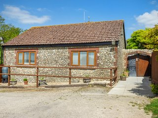 THE BOLTHOLE, open plan, close to local amenities, barbecue, in Hawkchurch, Ref.