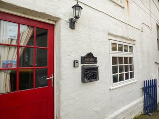 ANCHOR COTTAGE, woodburning stove, pet-friendly, sea views, Staithes, Ref 952869