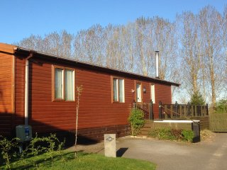 WOODPECKER LODGE, detached lodge with large private terrace, woodburner